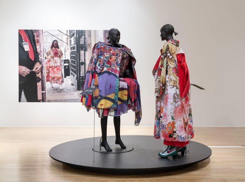 "Ausstellungsansicht ""Life doesn't frighten me, Michelle Elie wears Comme des Garçons"""