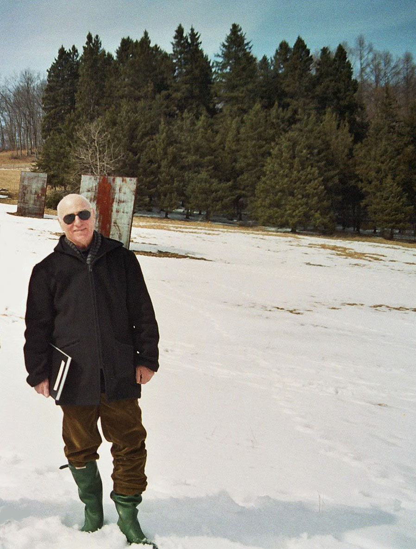 Richard Serra vor seiner Arbeit Iron Mountain Fall in Connecticut, 2005